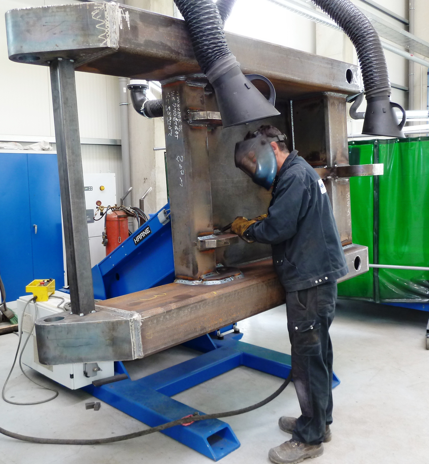 Welding in efficient and ergonomic position due to using a positioner